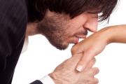 Jak całować dłoń kobiety