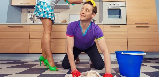 sprzątający facet
