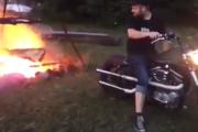 Jak rozpalić ognisko Harleyem?
