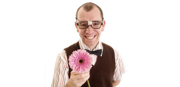 mężczyzna z kwiatem
