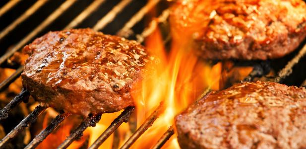 burger grillowany na ogniu