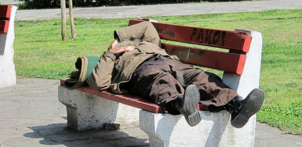 pijak leżący na ławce