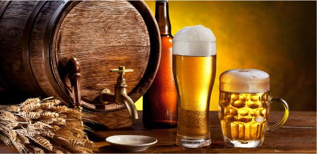 beczka i piwo na stole