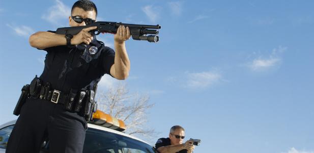 Celujący do napastnika policjanci