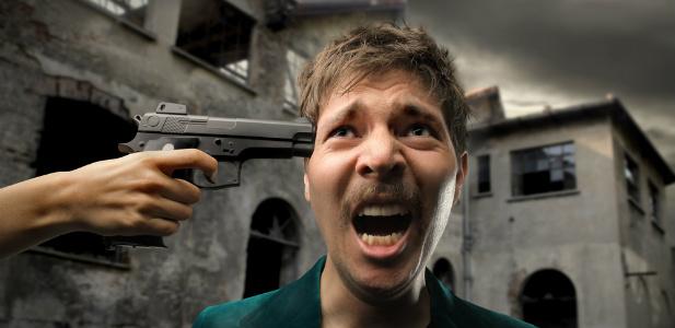 pistolet przystawiony do głowy