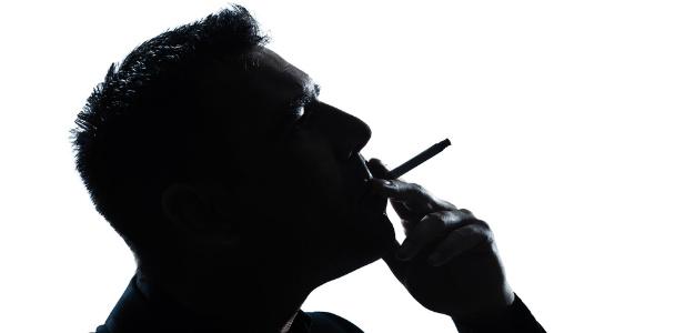 człowiek palący papierosa