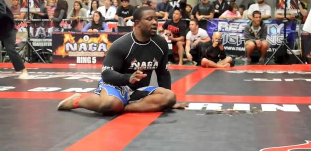 zawodnik MMA podcza walki