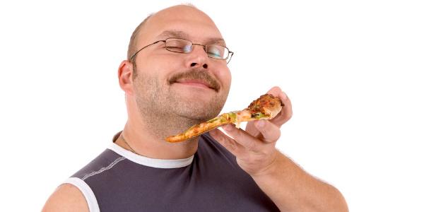 facet jedzący pizzę