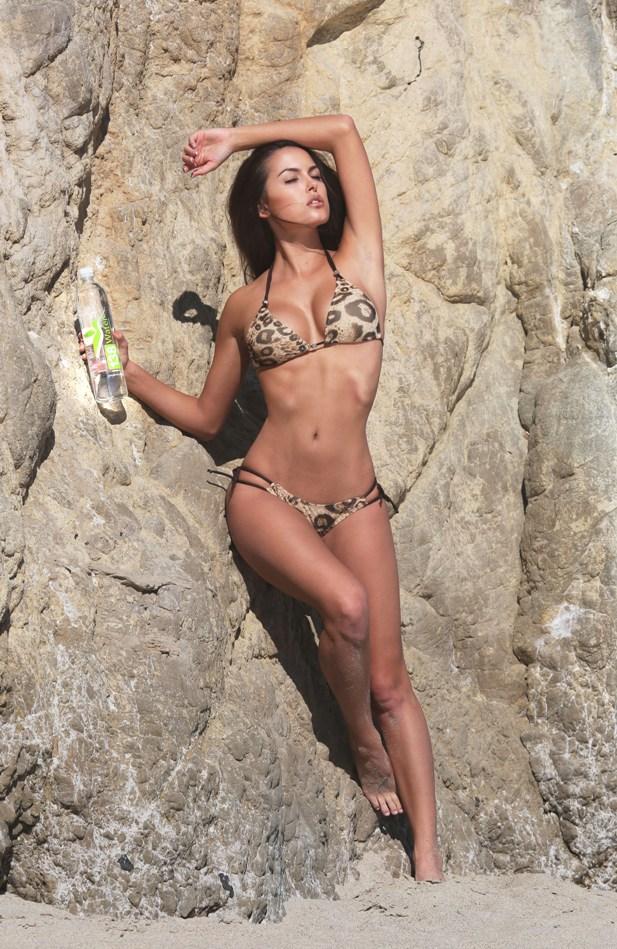 Constance Nunes w bikini w panerkę