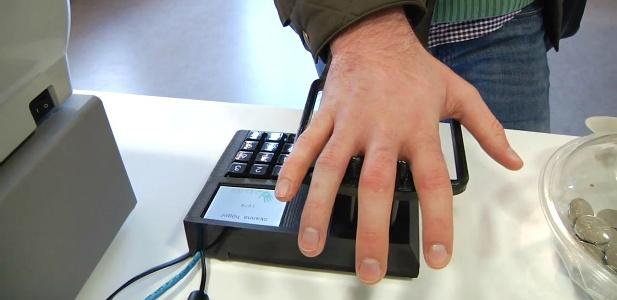 płatność za pomocą dłoni