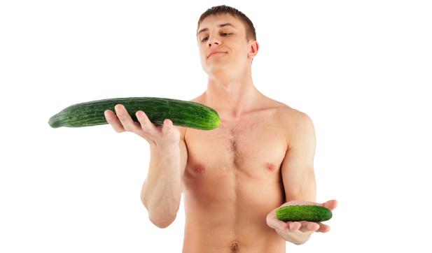 młody mężczyzna trzymający ogórki