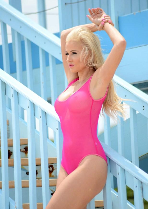 Ana Braga w różowym bikini