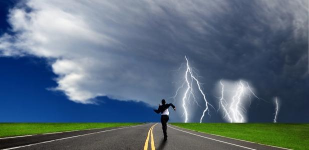 mężczyzna ucieka przed piorunem