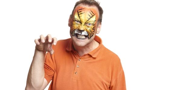 mężczyzna w masce tygrysa