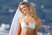 Kayla Lewis - surfing z blondynką