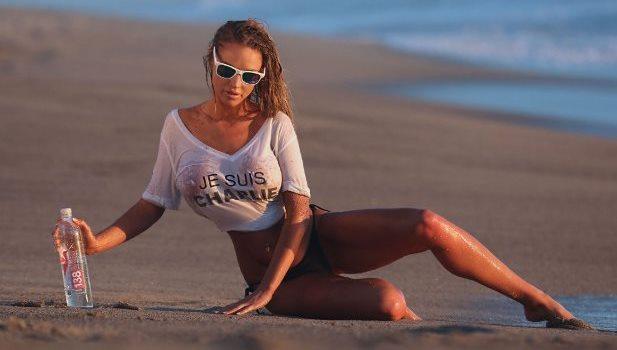Charlie Riina w mokrej koszulce
