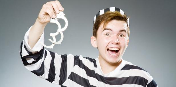 więzień z kajdankami.jpg