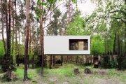Polski lustrzany dom lewituje w lesie