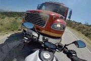 Czołówka motocykla z wozem strażackim