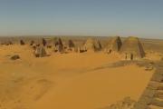 Lot dronem nad nubijskimi piramidami