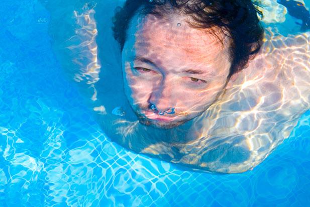 czerwone-oczy-basen.jpg