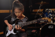 10-letnia Japonka wymiata na gitarze