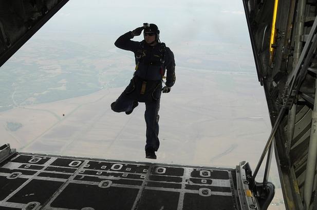 skydiving-665019_640.jpg