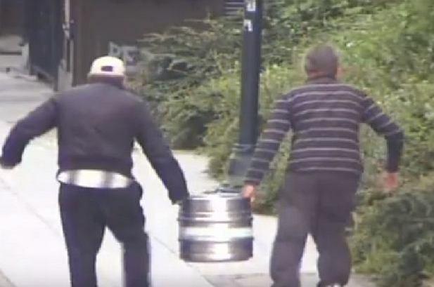 z20517301Q,Pijani-mezczyzni-ukradli-w-Bydgoszczy-beczke-piwa.jpg