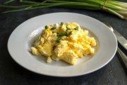 Złodziej zrobił sobie jajecznicę z 12 jaj podczas włamania, a łup wyrzucił do rowu