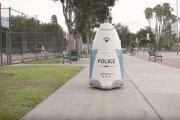Bezużyteczny policyjny robot. Zaśpiewał piosenkę zamiast wezwać pomoc