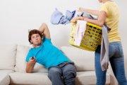 Kobiety! Sprzątający mężczyźni częściej się rozwodzą