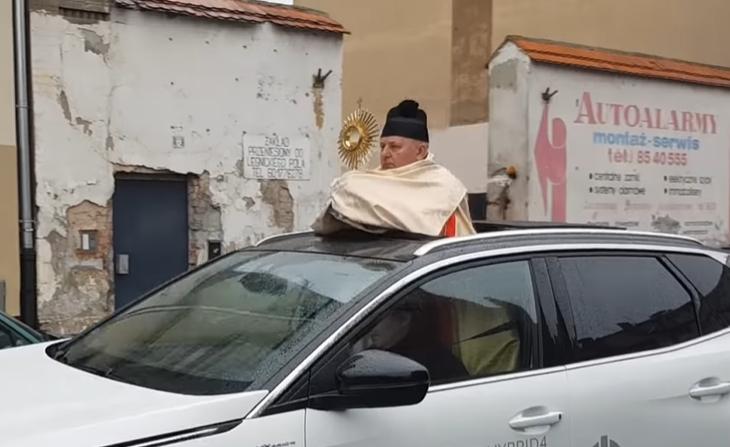 Ksiądz jak czołg.png