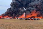 Koszmar motomaniaka. Tysiące samochodów w płomieniach