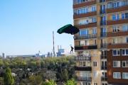 Gdy nosi na kwarantannie – skoczyli z wieżowca w Warszawie. WIDEO