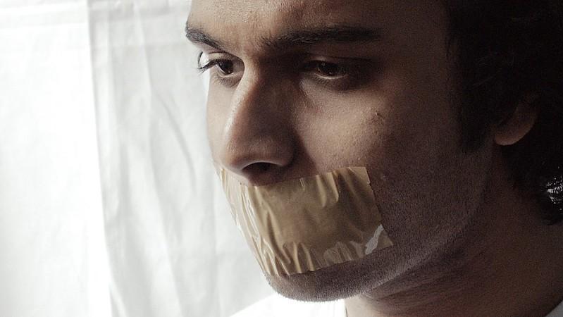 taśma na ustach.jpg