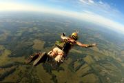 Wykonał skok ze spadochronem podczepionym do… skóry pleców