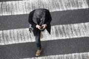 Używanie smartfonu na przejściu dla pieszych może być wykroczeniem