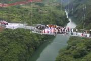 Najdłuższy na świecie szklany most już otwarty. Przejechały po nim dwa SUV-y