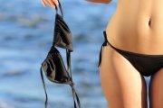 Minister broni kobiet opalających się topless