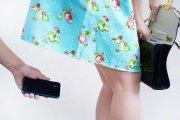 Włożył kobiecie telefon pod spódnicę. Okazał się policjantem