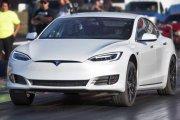 Autonomiczna Tesla uciekała policji. Stanęła, gdy kierowca się obudził