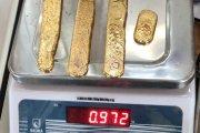 Facet próbował przemycić kilogram złota w... Zgadnij gdzie