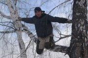 21–latek codziennie wspina się na drzewo, by uczestniczyć w zajęciach on-line