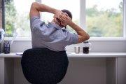 Zastygłeś przy biurku podczas home office? Oto jak się rozruszać