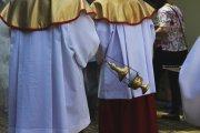 Księża po swojemu tłumaczą masowy odpływ wiernych