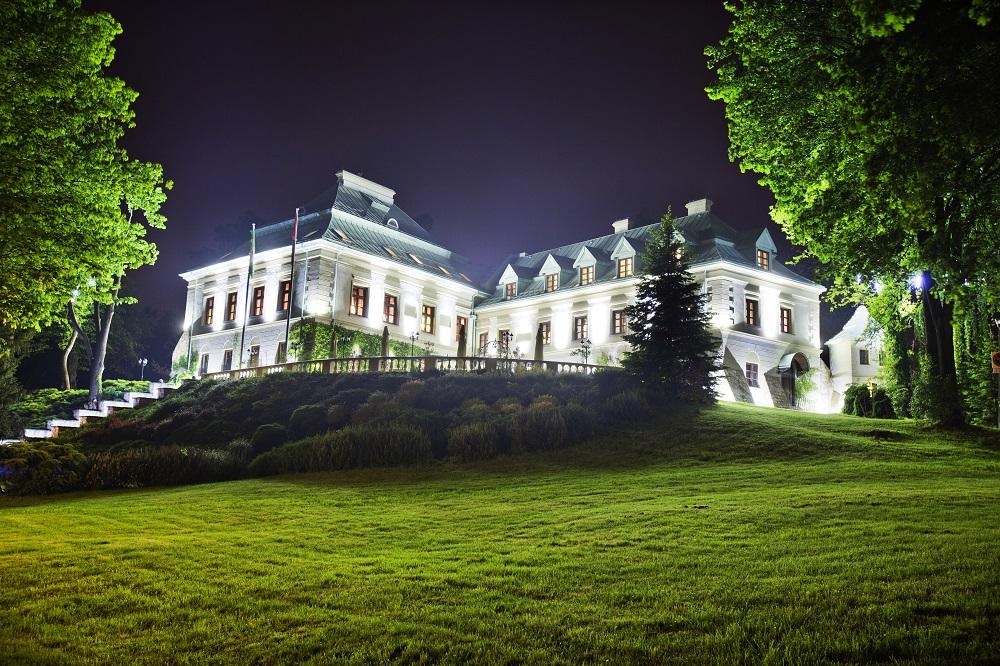 Pałac Odrowążów nocą.jpg