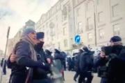 Kobietom gazem po oczach, a z celebrytami selfie. Tak działa policja