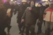 Policjant gazujący posłankę na strajku wydany przez kolegów