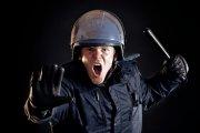 Coraz więcej policjantów rezygnuje ze służby, coraz mniej sięza to zatrudnia.